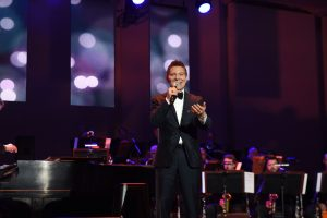 Michael Feinstein performing
